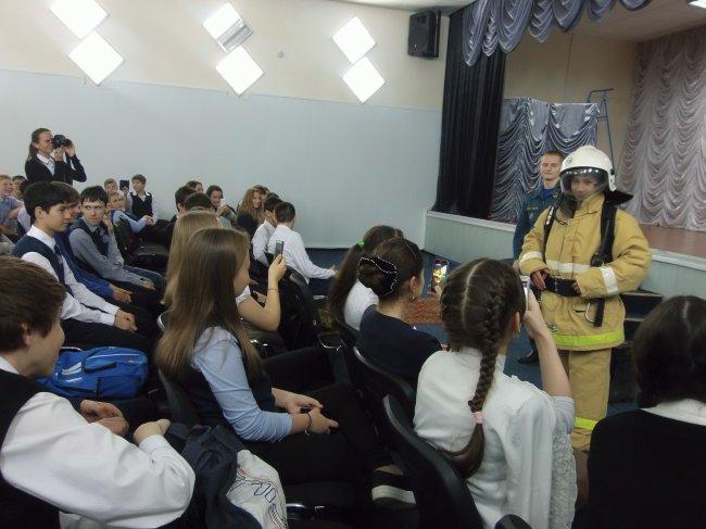 Всероссийский открытый урок по «Основам безопасности жизнедеятельности» провели сотрудники МЧС города Радужного в рамках месячника по ГО