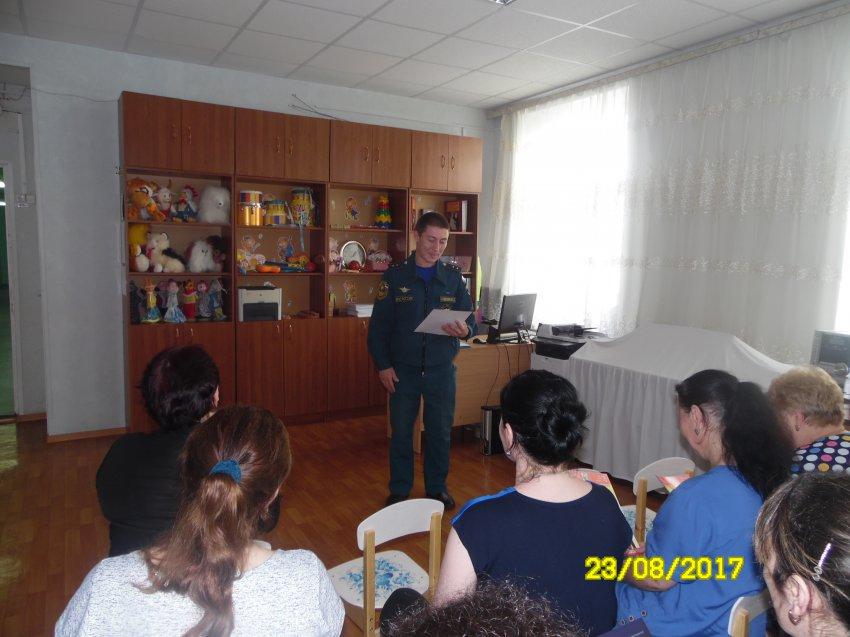 Сотрудники МЧС принимают участие в родительских собраниях.
