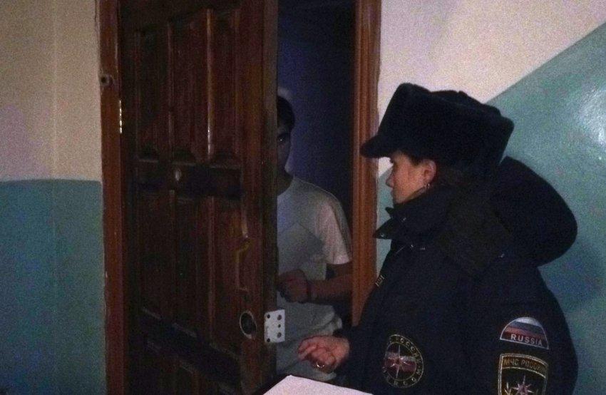 Сотрудники МЧС Радужного продолжают профилактические мероприятия в жилых домах с низкой пожарной устойчивостью.