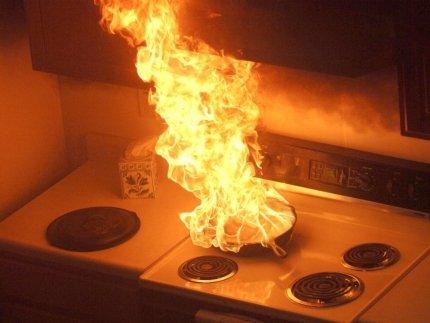 Оставляя без присмотра плиту с готовящейся едой, можно устроить пожар.